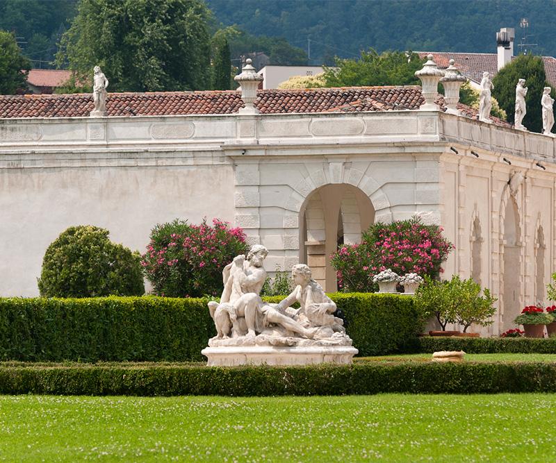 Foto di giardino classico e statua