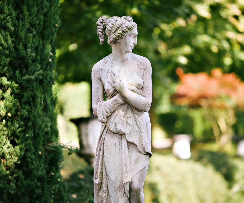 Foto di antica statua in un giardino storico