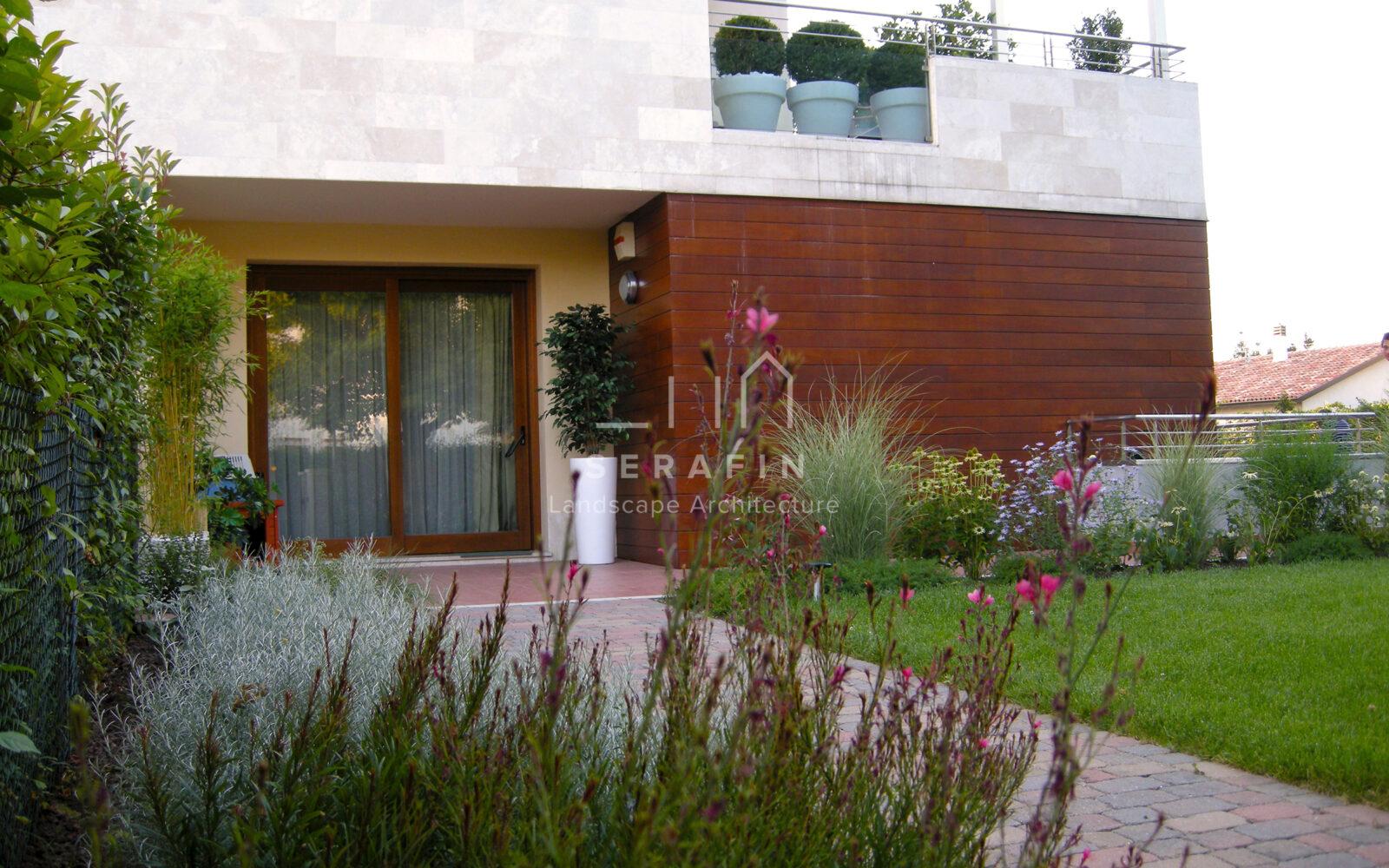 giardino privato con erbacee perenni a Treviso - 7