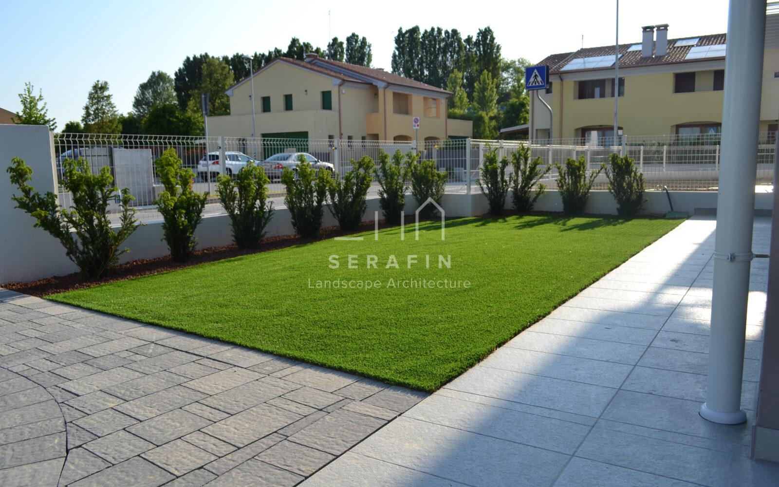 giardino privato con tappeto d'erba sintetica - 3