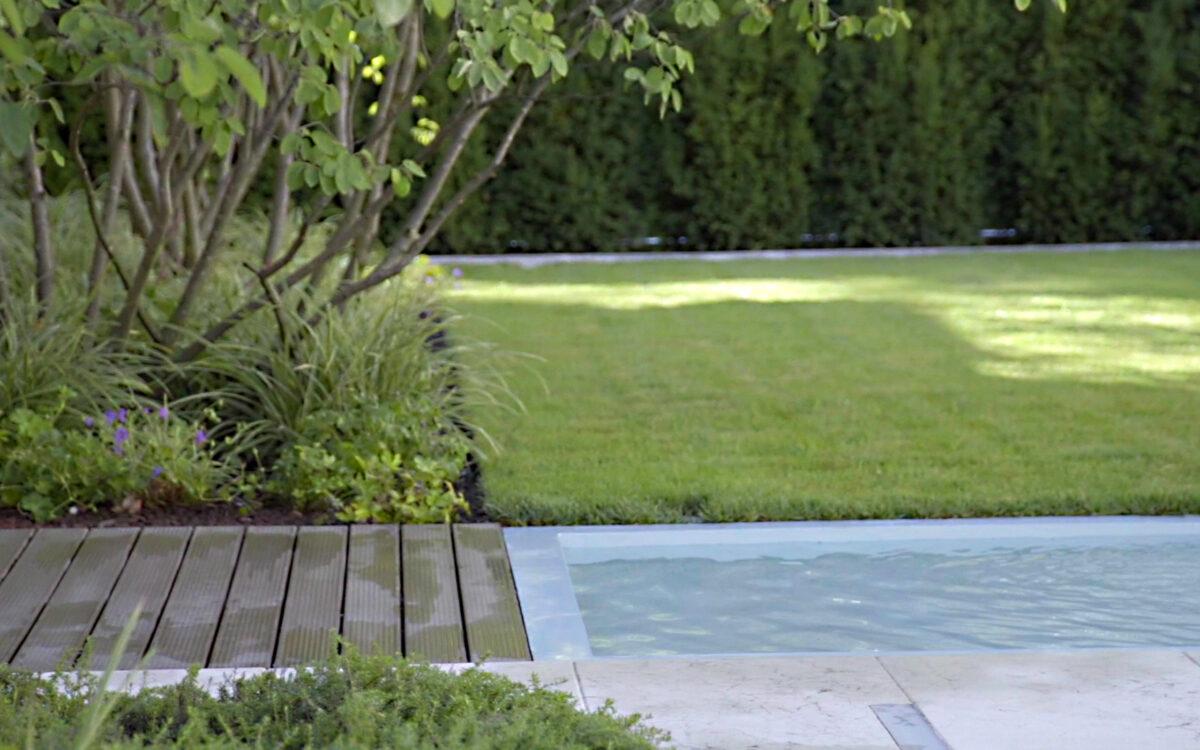 giardino privato con specchio d'acqua